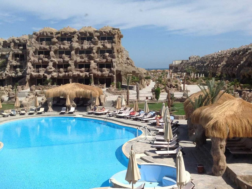 Het unieke Caves Beach Resort in Egypte met een swim-up kamer.