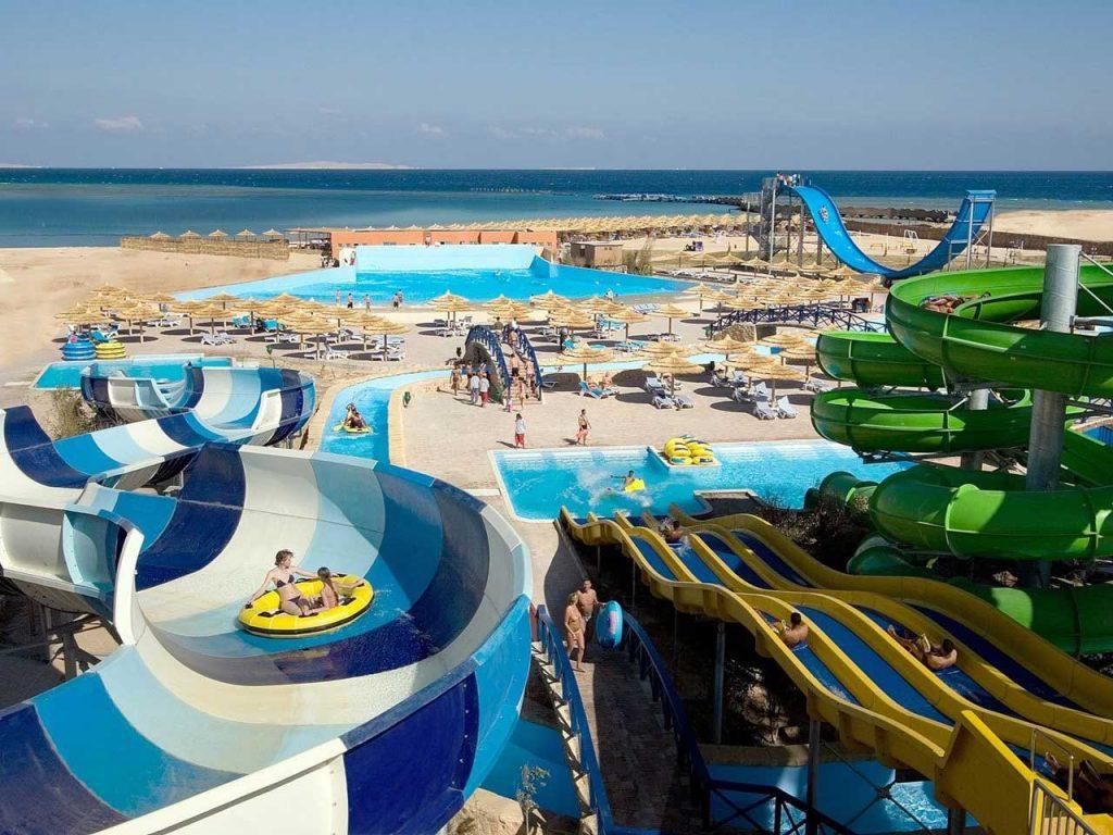 Het mooie Titanic Beach en Aqua Park in Egypte met een swim-up kamer.
