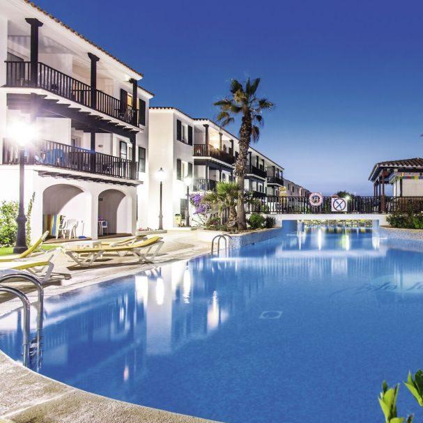Het Isla Paraiso hotel is een leuk 3 sterrenhotel met een swim-up kamer in Spanje. Menorca is een rustig stadje waar je lekker tot rust komt. Het is de ideale plek voor een strandvakantie met veel zon. Het strand is dicht bij het appartementencomplex. De sportfanaten houden zich lekker bezig met tafeltennissen, aqua gymmen, biljarten (tegen betaling), golfen (tegen betaling). Ook zorgt het hotel voor entertainment door het spectaculaire animatieteam. Zij zorgen voor een leuke show met spannende trucs. Is een rustig appartementencomplex met een swim-up kamer in Spanje jouw ding? Dan is dit een goede deal voor jou! Terwijl jij geniet, hebben de kinderen de tijd van hun leven. Zij genieten van de kinderzwembaden, de speeltuin, minidisco en de miniclub (voor 4 tot 12-jarige). Ook is een kinderspeelzaal.